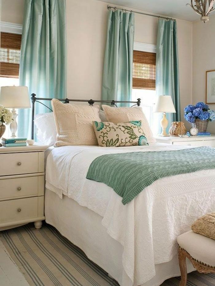 rideau-ocultant-bleu-chambre-à-coucher-tapis-beige-rideaux-bleus-ciel-fleurs-saur-la-table-de-chevet