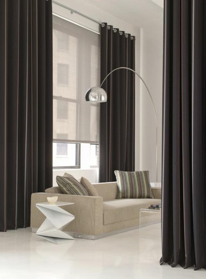 rideau-ocultant-noir-salon-moderne-intérieur-blanc-noir-canapé-beige-salon-élégant