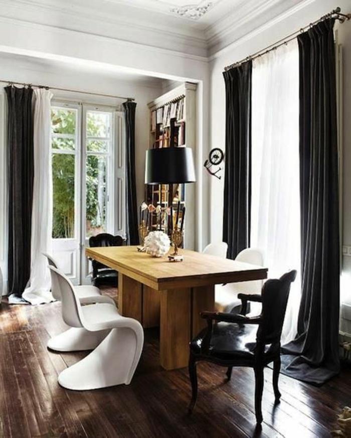 rideaux-doubles-blanc-noir-salle-de-séjour-parquet-en-bois-meubles-dans-la-salle-de-séjour