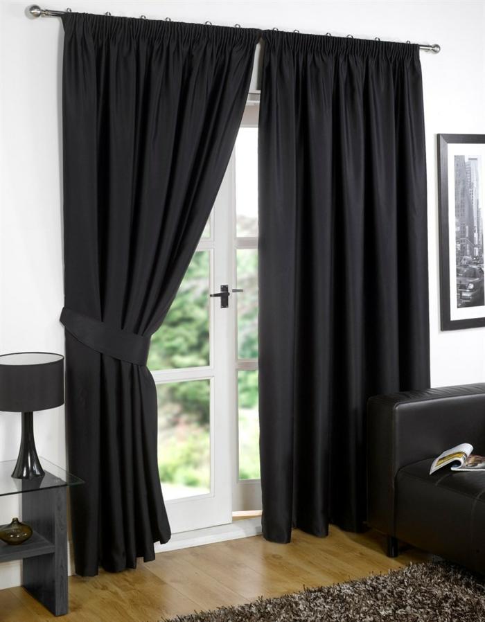 rideaux-ocultants-rideau-ocultant-noir-dans-le-salon-tapis-beige-parquet-en-bois-murs-blancs