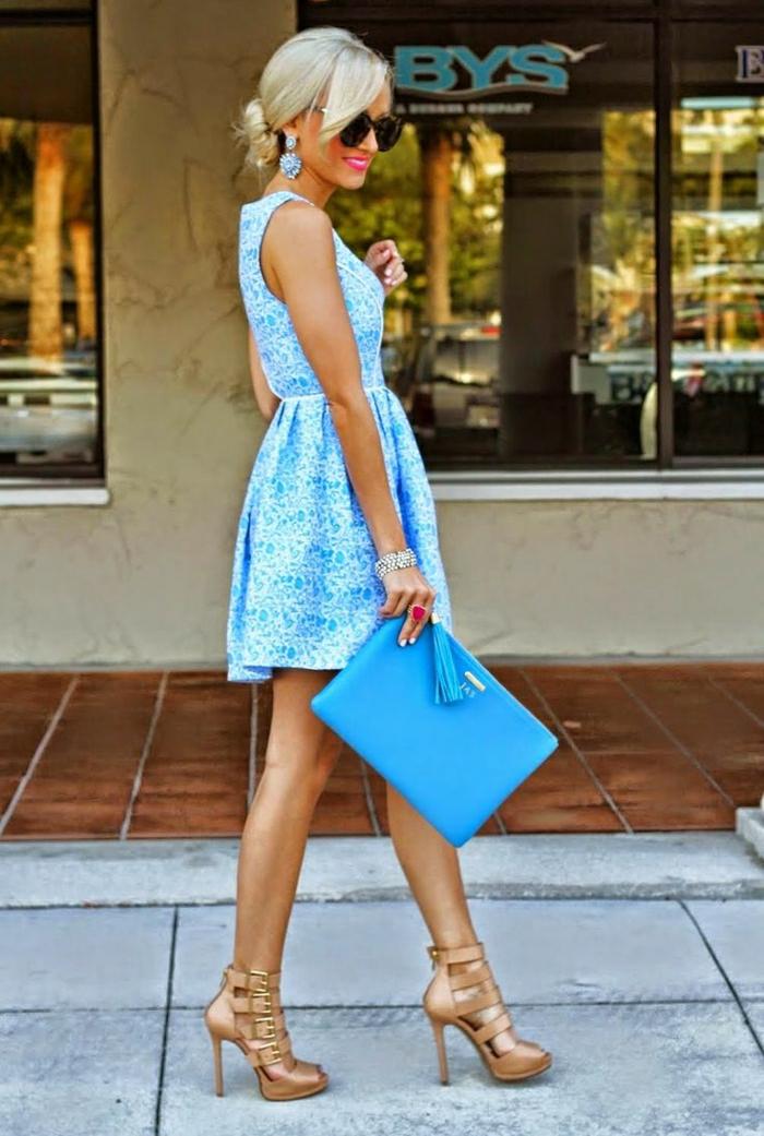 robe-bleu-marine-courte-robe-soirée-bleue-marine-femme-blonde-marche-sur-la-rue