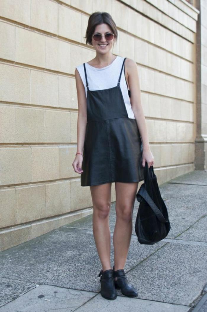 robe-chasuble-en-cuir-noir-et-blanc-t-shirt