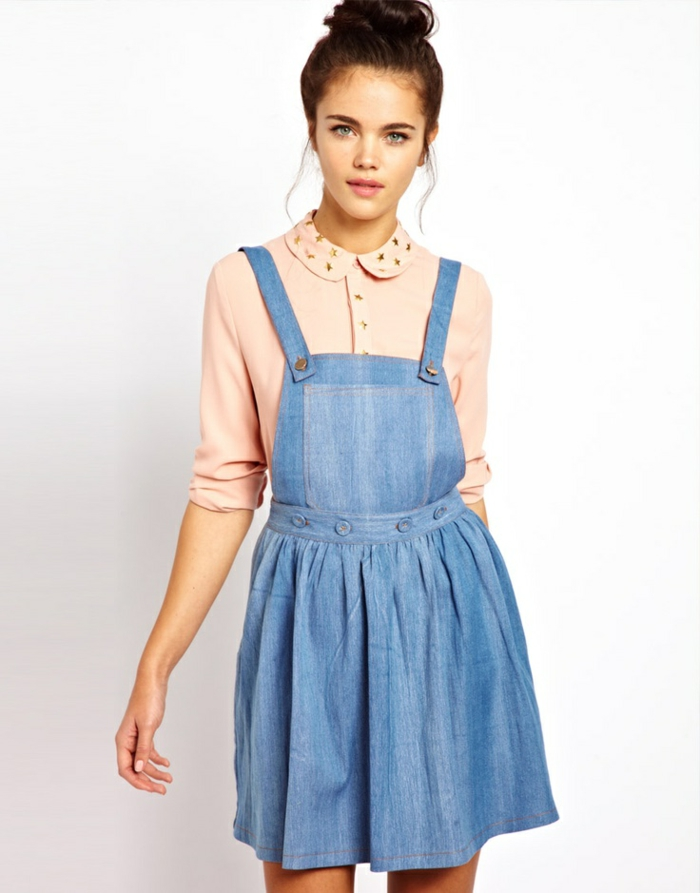 robe-chasuble-en-denim-et-chemise-robe-pâle-vintage