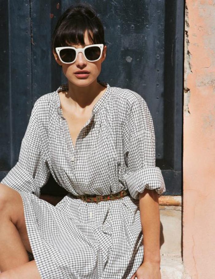 robe-chemise-beige-femme-moderne-avec-lunettes-de-soleil-blancs