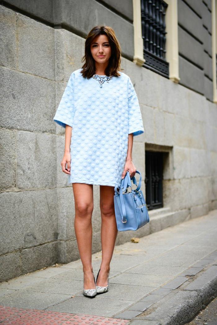 robe-courte-tenue-courte-robe-bleue-marine-jolie-fille-marche-sur-la-rue-brunette