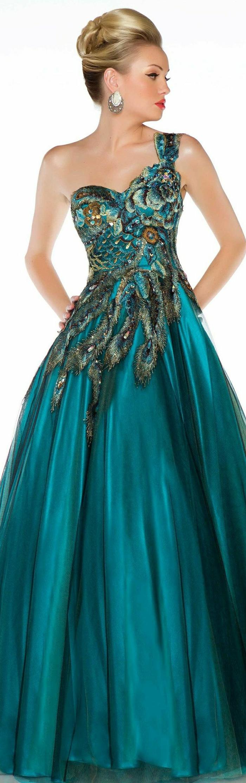robe-longue-de-soirée-couleur-bleue-marine-robe-bleue-marine-femme-blonde-robe-avec-plumes
