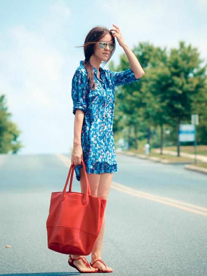 robe-tunique-bleue-et-grad-sac-rouge
