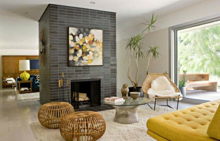 salon-avec-cheminée-canapé-jaune-tapis-beige-plateau-de-table-en-verre-table-ronde