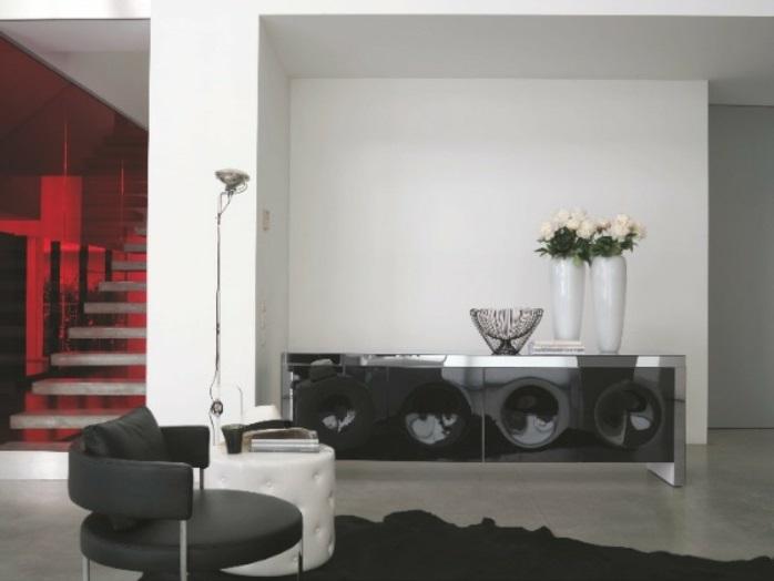 salon-séjour-bahuts-noirs-laqués-originale-style-escaliers-eclairés