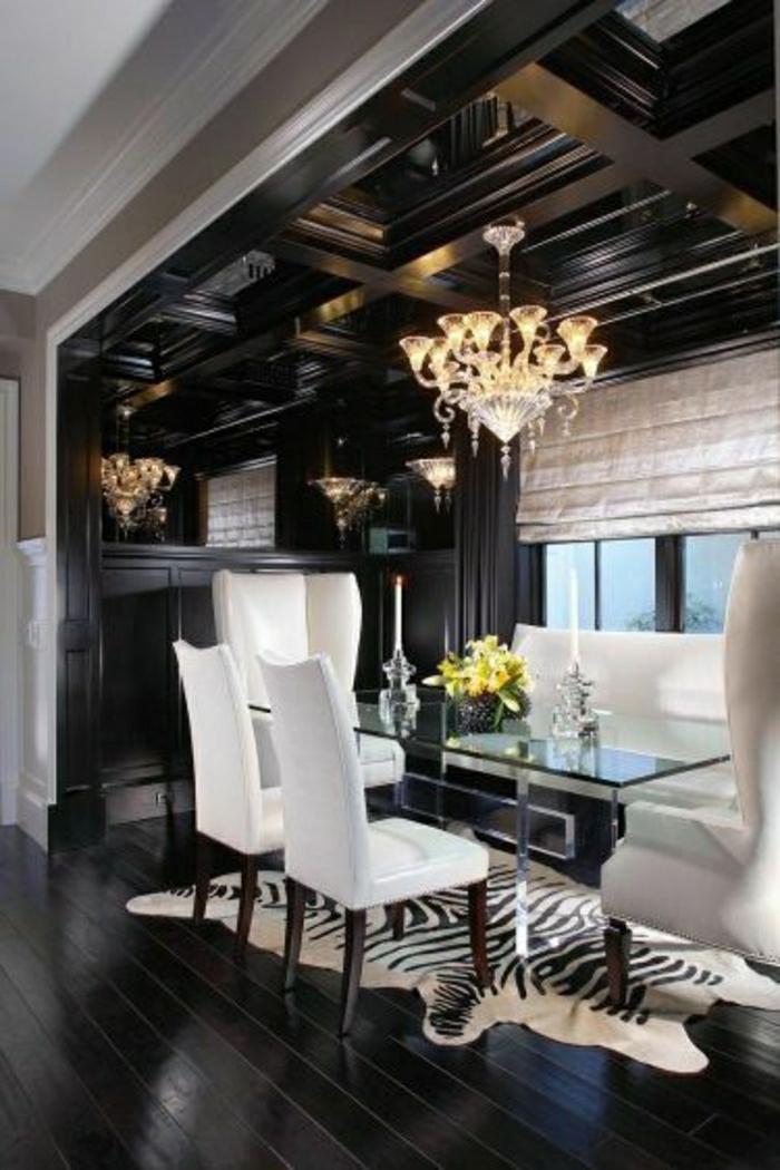 salon-sol-en-parquet-noir-lustre-baroque-tapis-zebre-peau-de-zebre-table-plateau-verre