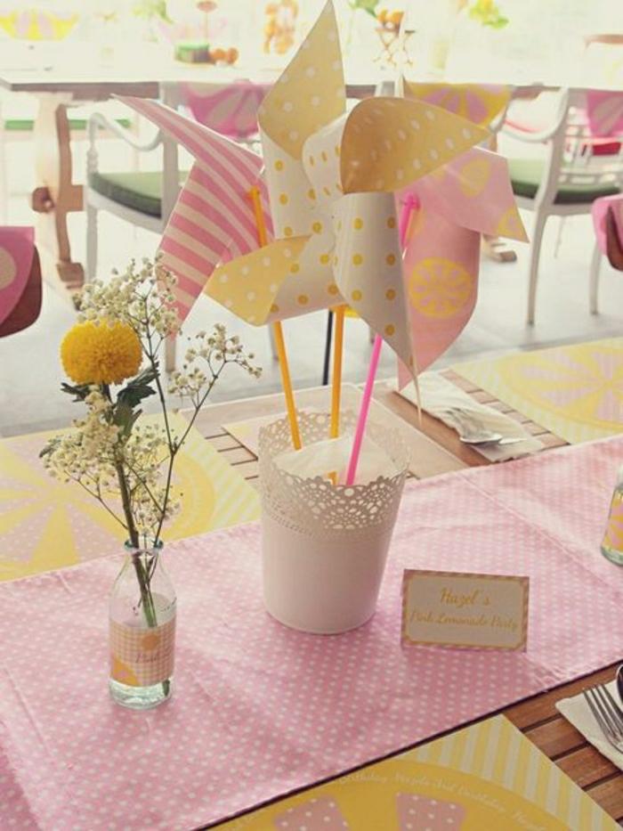 set-de-table-elegant-en-papier-set-jetable-chemin-en-papier-rose-fleurs-sur-la-table