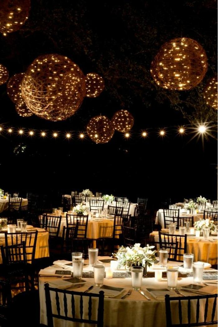 set-de-table-elegante-jolie-decoration-pour-la-table-nappe-blanche-chaises-de-table