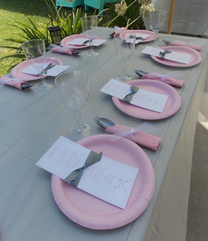 set-de-table-rose-en-papier-assiette-rose-en-papier-nappe-gris-jetable