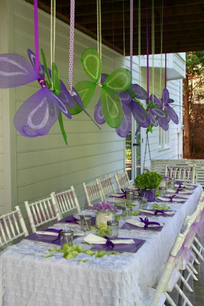 set-de-table-violet-vert-nappe-blanche-set-de-table-jetable-chaises-blanches