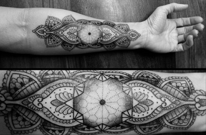 signification-de-tatouage-symbolique-du-triangle-main-noir-et-blanc