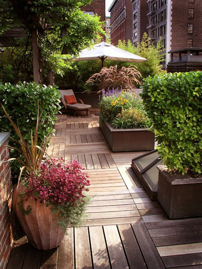 sol-en-plancher-sol-en-bois-jardin-parasol-de-balcon-blanc-balcon-avec-fleur