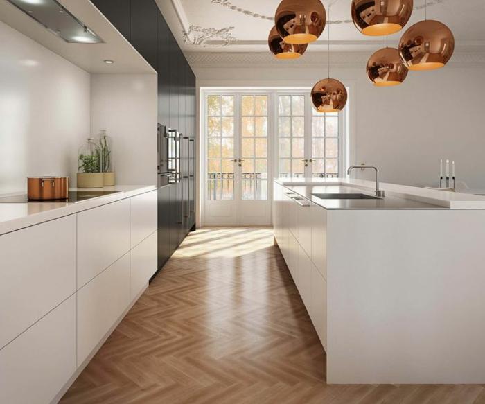 suspension-cuivre-dans-une-cuisine-blanche-et-lumineuse