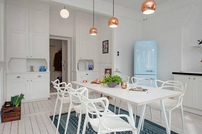 suspensions en cuivre, table et chaises blanches