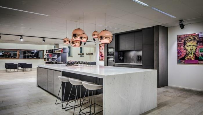 suspension-cuivre-jolies-cuisine-à-plan-ouvert