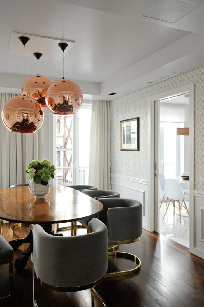 suspension-cuivre-table-ovale-chaises-noires