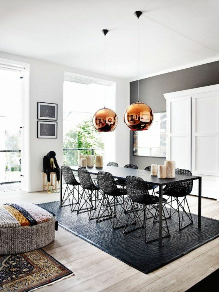 suspension-cuivre-tapis-noire-chaises-originales