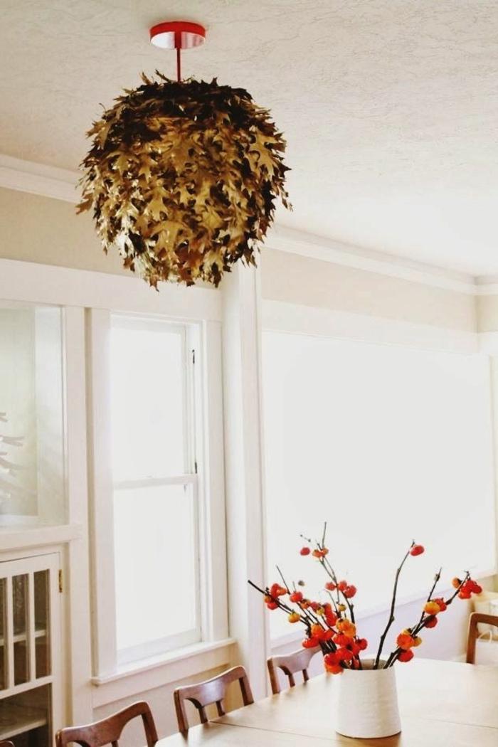 suspension-luminaire-salon-moderne-chambre-blanche-fleurs-sur-la-table-fenetre-grande