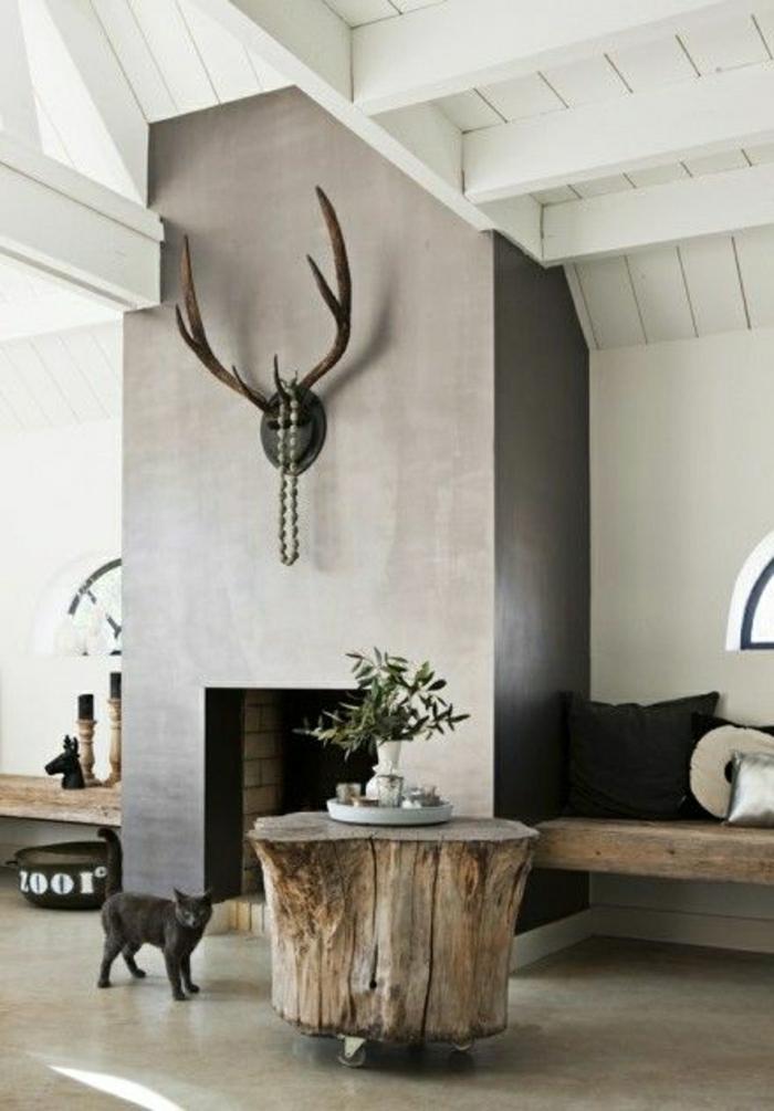 table-basse-en-bois-salon-moderne-mur-gris-plafond-en-bois-sous-pente-chat-noir