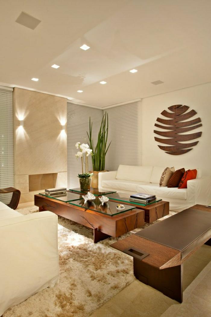 table-basse-en-bois-salon-moderne-tapis-beige-plantes-vertes-canapé-blanc-fleurs-dans-le-salon