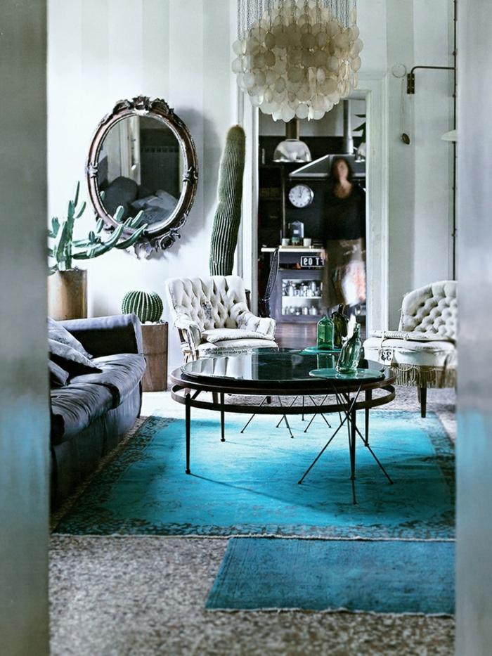 table-basse-ronde-dans-un-séjour-boho-chic-tapis-bleus