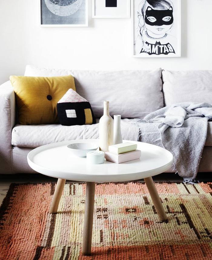 table-basse-ronde-design-scandinave-sofa-gris-et-tapis-intéressant
