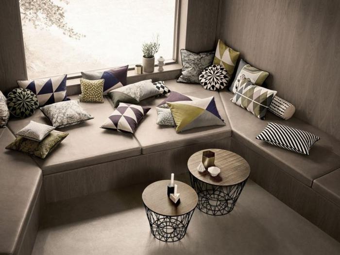 table-basse-ronde-deux-petites-tables-corbeilles-et-plusieurs-coussins
