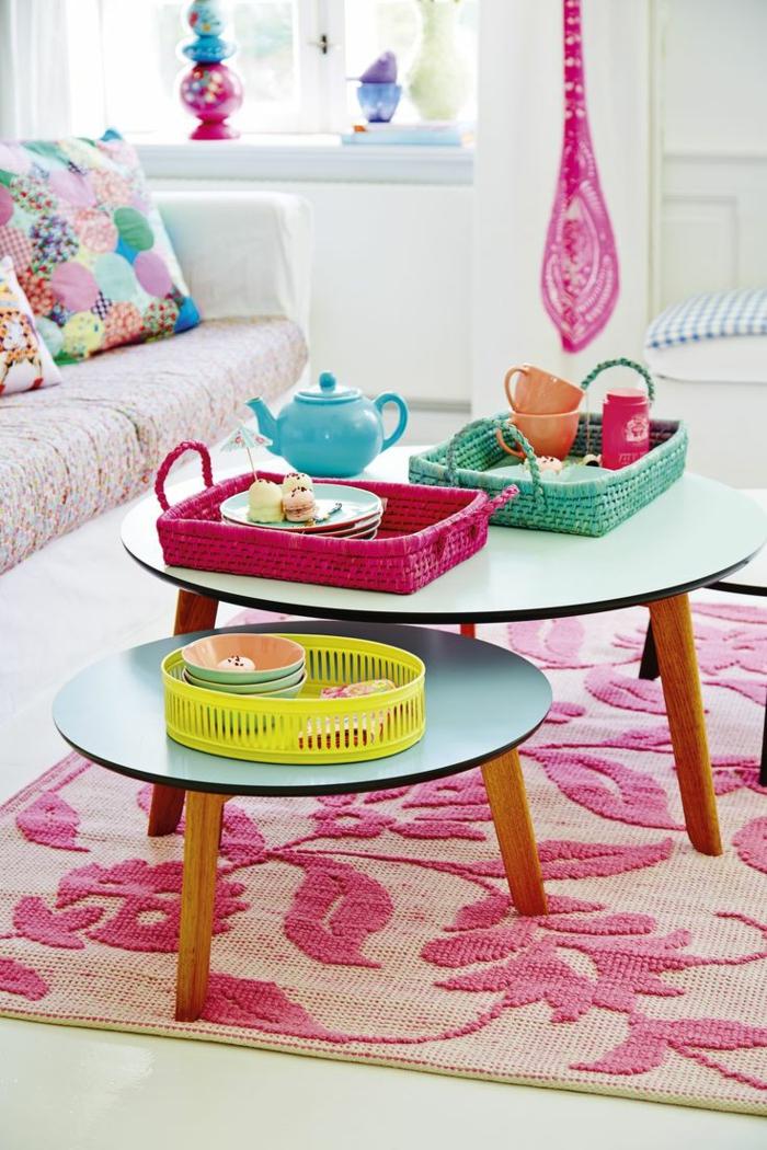 table-basse-ronde-deux-tables-basses-gigognes-dans-une-salle-aux-couleurs-sucrées
