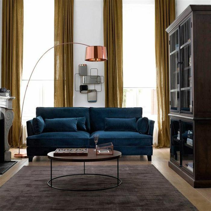 table-basse-ronde-fausse-cheminée-blanche-et-sofa-bleu