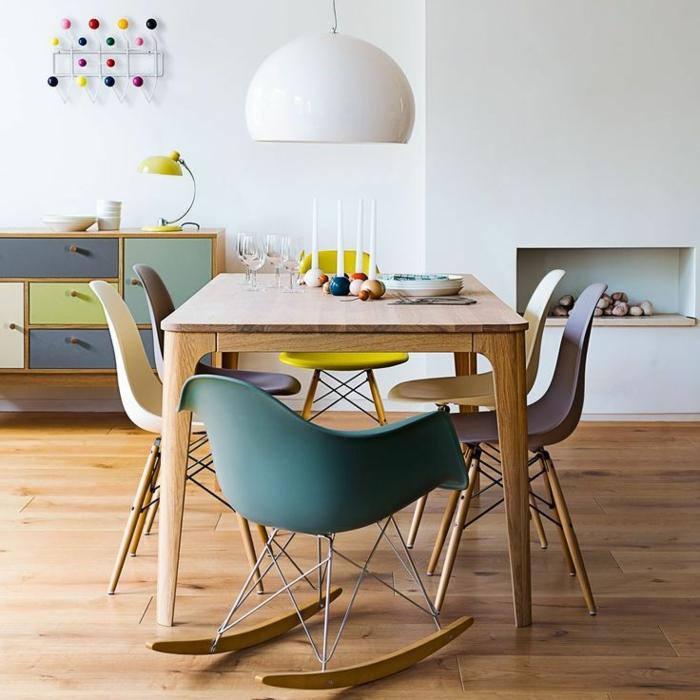 table-carrée-bois-chaises-originales-beau-intérieur-scandinave
