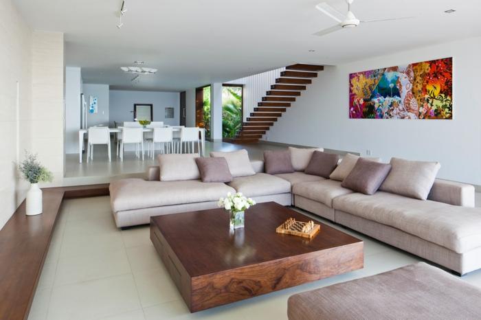 table-carrée-bois-sofa-couleur-crème-peintures-artistiques