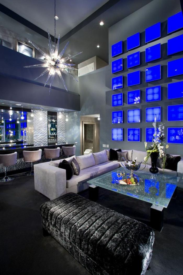 table-carrée-espace-glamoureux-à-haut-plafond