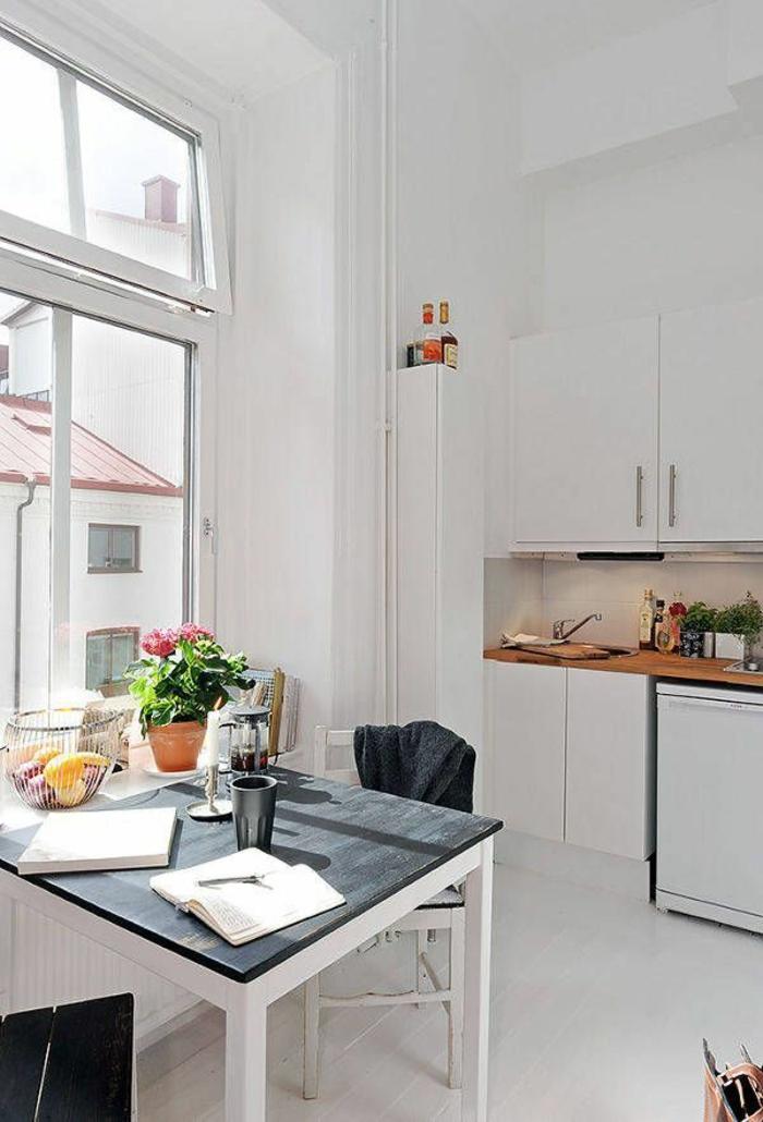 table-carrée-le-top-noir-et-cuisine-toute-blanche