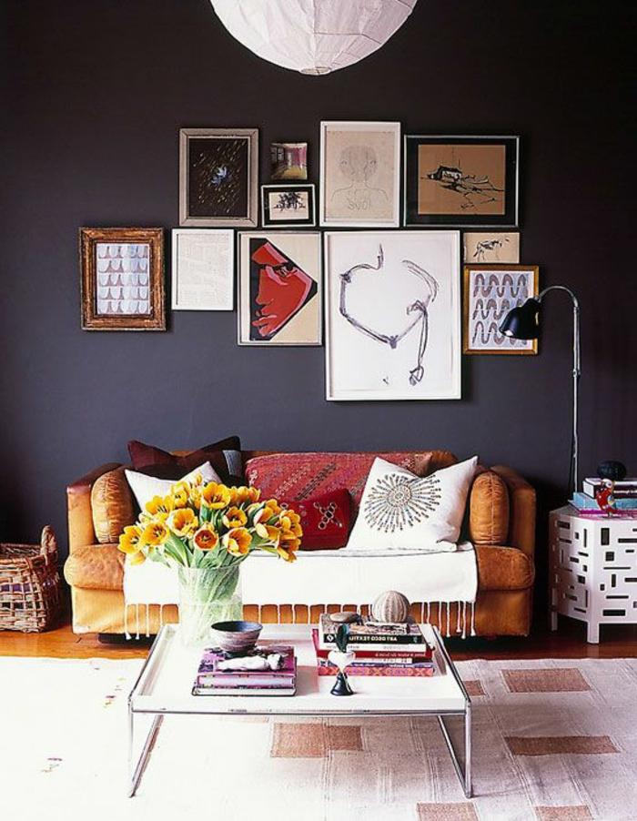 table-carrée-mur-gris-et-peintures-artistiques