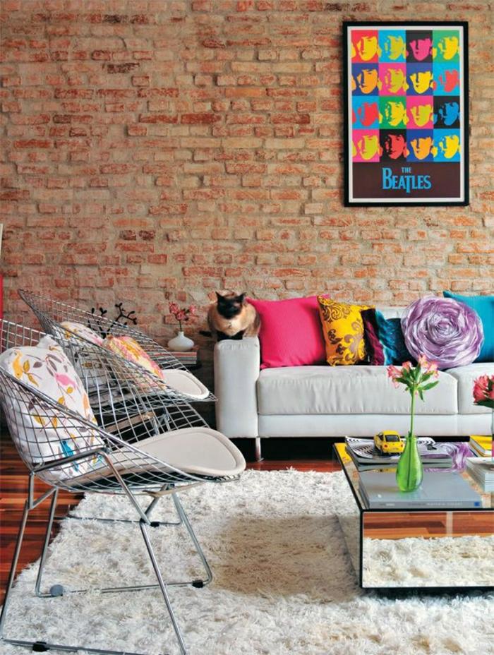 table-carrée-verre-mur-briques-tableau-pop-art