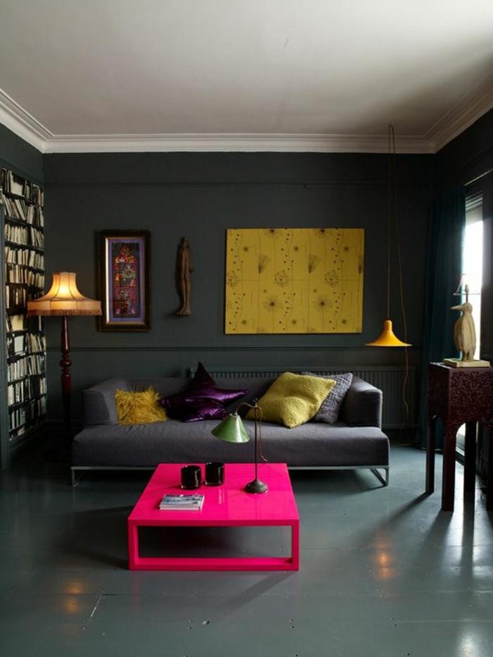 table-carrée-rose-néon-et-pièces-d'art