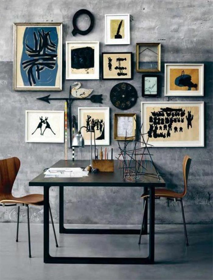 table-carrée-table-noire-carrée-et-peintures-au-mur-gris