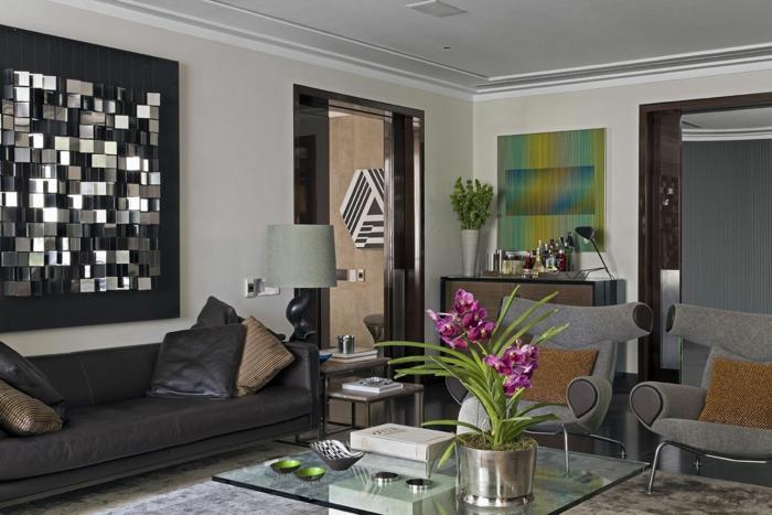 table-carrée-verre-décoration-murale-unique-et-gris-fauteuils