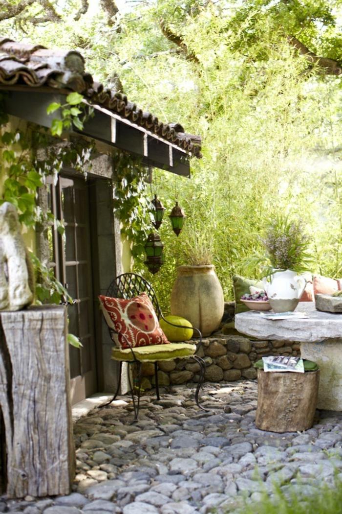 table-de-style-rustique-chaise-en-fer-forgé-maison-rustique-cour-en-pierre