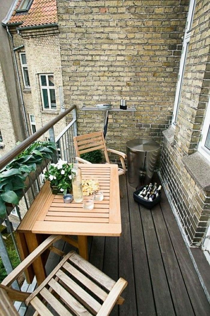 table-en-bois-beau-balcon-plantes-vertes-sol-en-plancher-terrassse-avec-belle-vue