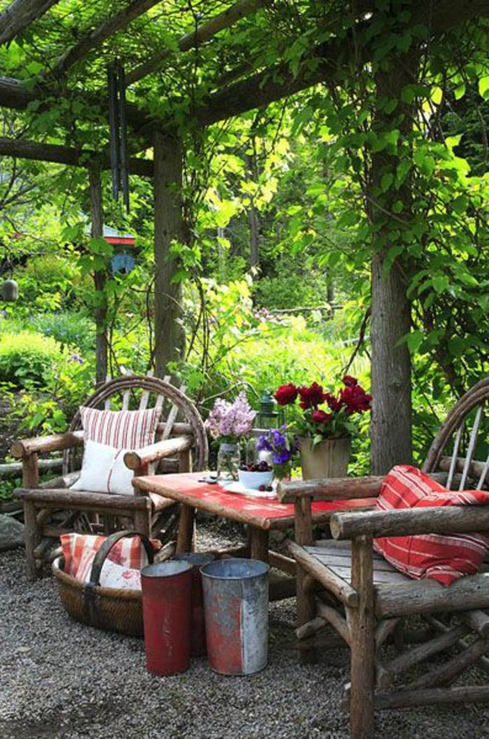 table-et-chaises-de-jardin-en-bois-fleurs-sur-la-table-de-jardin-en-bois-massif
