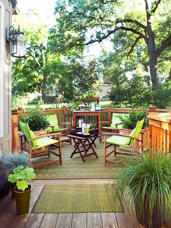 table-et-chaises-de-jardin-en-bois-massif-plante-verte-terrasse-avec-belle-vue