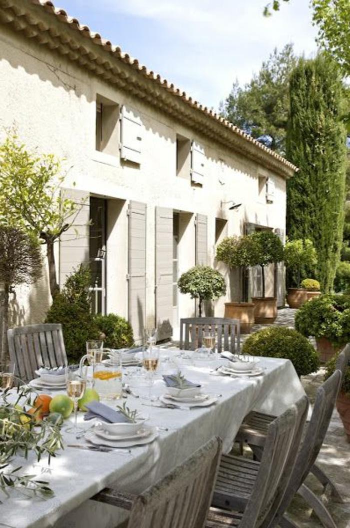 table-et-chaises-de-jardin-ensemble-table-et-chaise-de-jardin-en-bois-cour-moderne