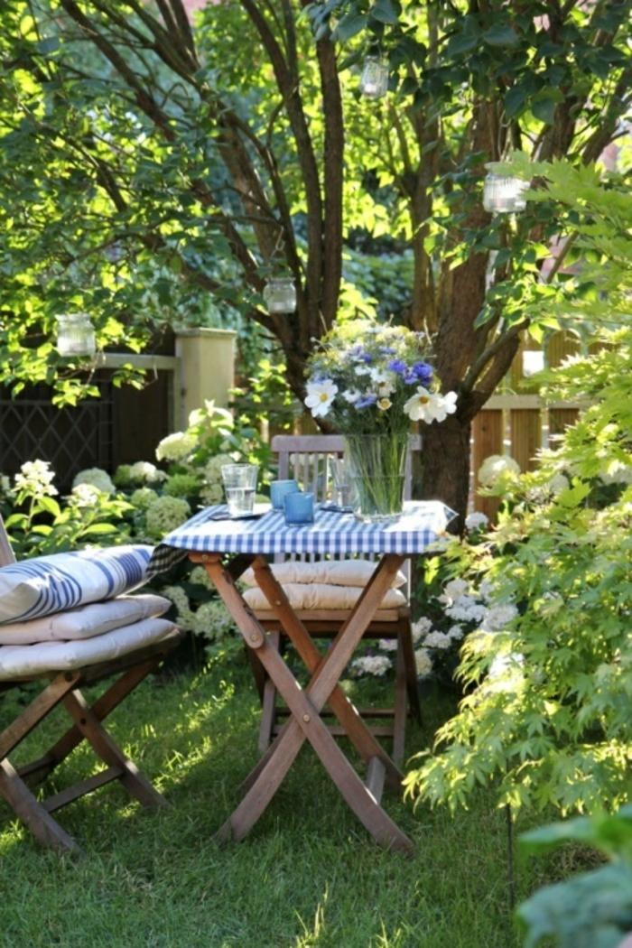 table-et-chaises-de-jardin-ensemble-table-et-chaise-de-jardin-en-bois-pelouse-verte-arbres