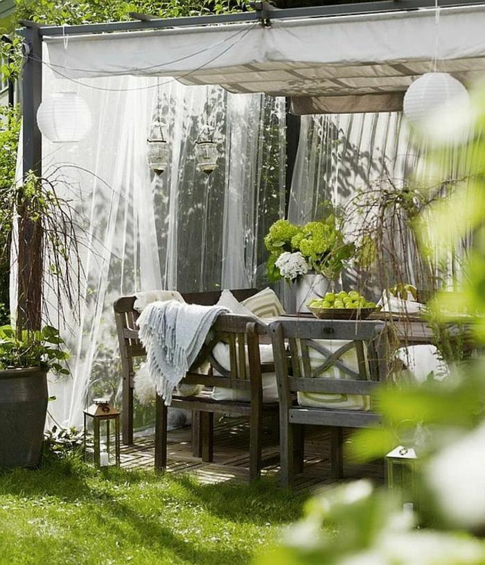table-et-chaises-de-jardin-meubles-pelouse-verte-chaises-en-bois-pelouse-verte