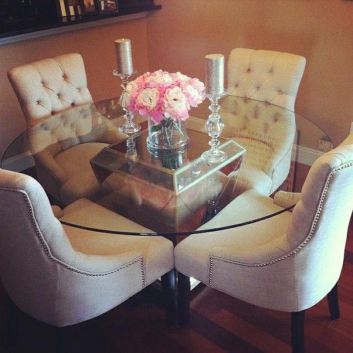 table-ronde-en-verre-salle-de-séjour-moderne-parquet-massif-chaises-beiges